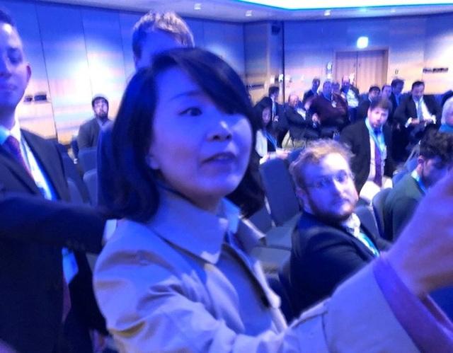 Nữ phóng viên Trung Quốc tát tình nguyện viên tại hội nghị ở Anh. (Ảnh: SCMP)