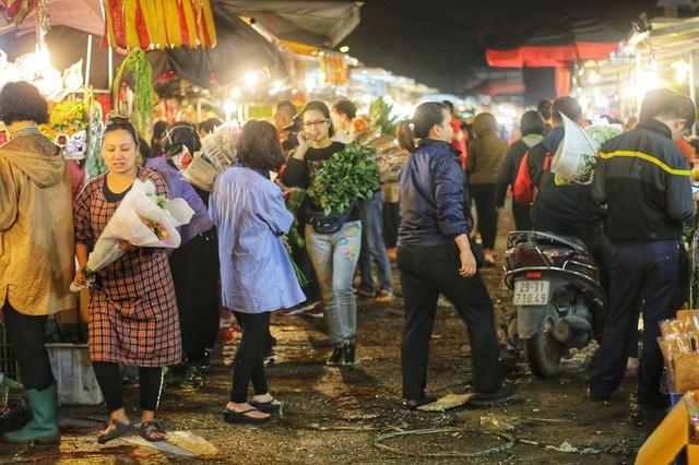 Chợ hoa Quảng An là chợ hoa đầu mối lớn nhất Hà Nội với đa dạng rất nhiều loại hoa khác nhau đáp ứng đầy đủ nhu cầu của thị trường. Chợ Quảng An hoạt động chủ yếu về đêm, khi đó các tiểu thương từ khắp nơi chở hoa về đây buôn bán, trong đó chủ yếu là bán buôn với số lượng lớn.
