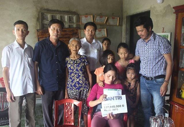 PV Dân trí trao quà bạn đọc đến 4 mẹ con chị Trí.
