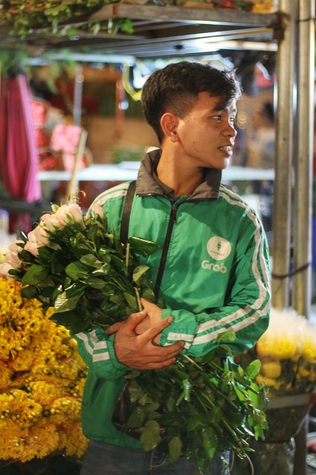 """Bạn Công (23 tuổi) chia sẻ: """"Em được mọi người giới thiệu chợ hoa Quảng Bá có nhiều loại hoa đẹp mà giá thành lại phải chăng. Em tranh thủ qua đây vừa để trải nghiệm cuộc sống nhộn nhịp về đêm của chợ hoa vừa mua hoa tặng bạn gái nhận ngày 20/10""""."""