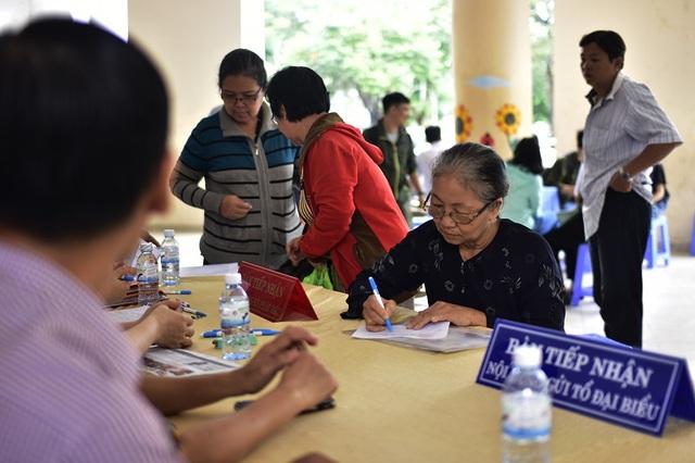Cử tri đăng ký phát biểu tại buổi tiếp xúc cử tri của Bí thư Thành ủy TPHCM Nguyễn Thiện Nhân