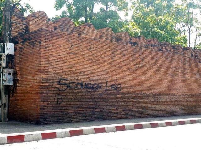 Bức tường cổ từ thế kỷ 13 bị hai vị khách nước ngoài vẽ bậy