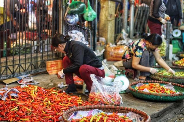 Chợ đầu mối Long Biên là nơi tập chung rất nhiều lao động nữ, Trong đó đa số đều là dân tỉnh lẻ, vì nghèo đói mà tìm về đây để kiếm sống. Những người phụ nữ ở đây đều có những điểm chung như: Phải xa quê tha hương cầu thực; gia cảnh khó khăn và lao động chủ yếu về đêm.