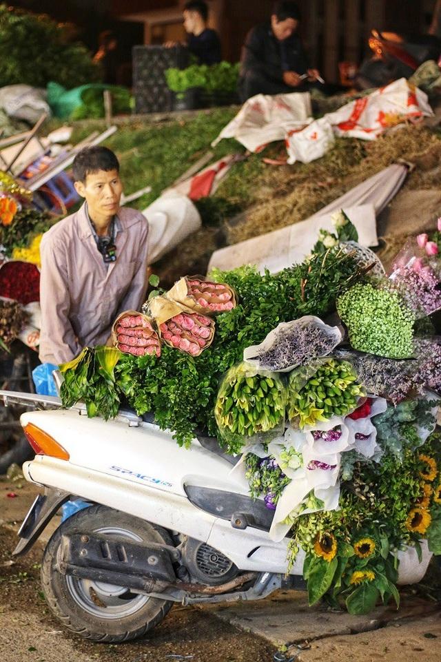 Những chiếc xe chở đầy hoa như thế này là hình ảnh quen thuộc rất dễ bắt gặp khi đến chợ hoa Quảng An. Những chiếc xe chở đầy hoa như thế này là hình ảnh quen thuộc rất dễ bắt gặp khi đến chợ hoa Quảng An. Những đêm sát ngày lễ, một tiểu thương bán hoa ở chợ Quảng Bá có thể bỏ túi vài triệu cho đến cả chục triệu tiền lãi nhờ số lượng hoa tiêu thụ lớn.
