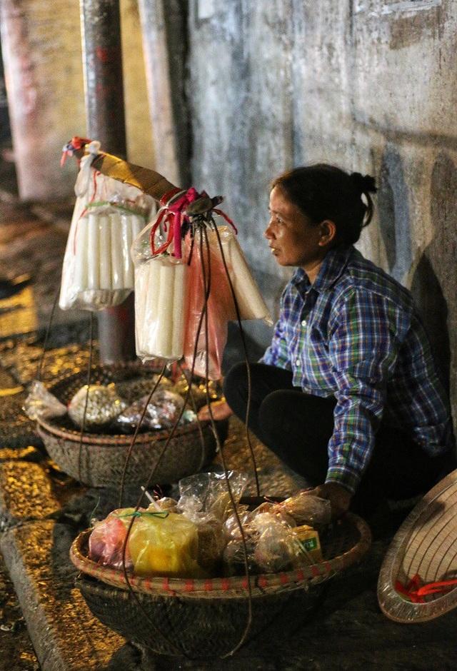 Cô Cao Thị Lạng (51 tuổi – Hà Nam) sau một ngày dài gánh hàng quanh phố cổ lại trở về chợ Long Biên ngồi một góc với hy vọng bán hết chỗ hàng còn lại. Cô xa quê lên thành phố đã được 5 năm và cả cuộc đời chưa từng biết đến ngày 20/10. Đối với cô, món quà ý nghĩ nhất trong ngày chỉ là bán hết thúng hàng để được về nhà trước 12 giờ đêm.