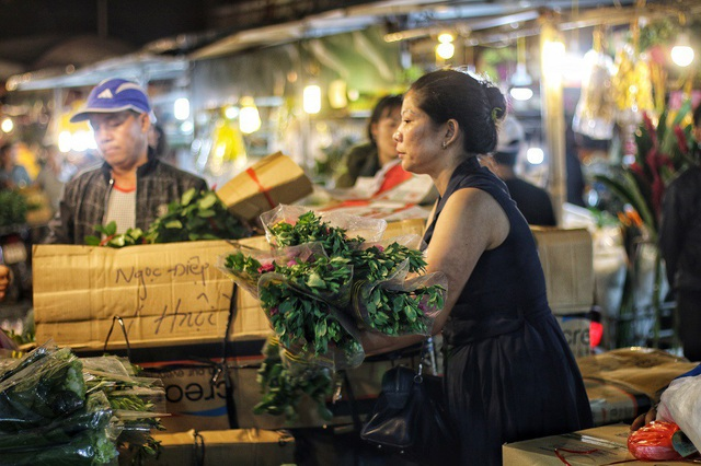 20/10 đối với những người phụ nữ ở chợ Long Biên chỉ giống như những ngày lao động bình thường. Thậm chí còn vất vả hơn bởi những ngày này, hàng hóa về nhiều, làm việc luôn tay không có lúc nghỉ.
