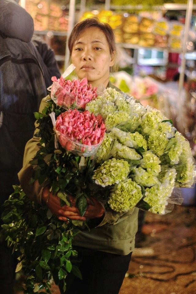 Theo chị Luyến, một người bán hàng lâu năm ở chợ hoa Quảng Bá cho biết, Chợ hoa năm nay sôi động hơn với nhiều loại hoa mới như; Hoa Thảo đường hoàng đế, hoa hạnh phúc,… tuy nhiên loại hoa được ưa chuộng bày bán nhiều nhất vẫn là hoa hồng, hoa ly và hoa baby.