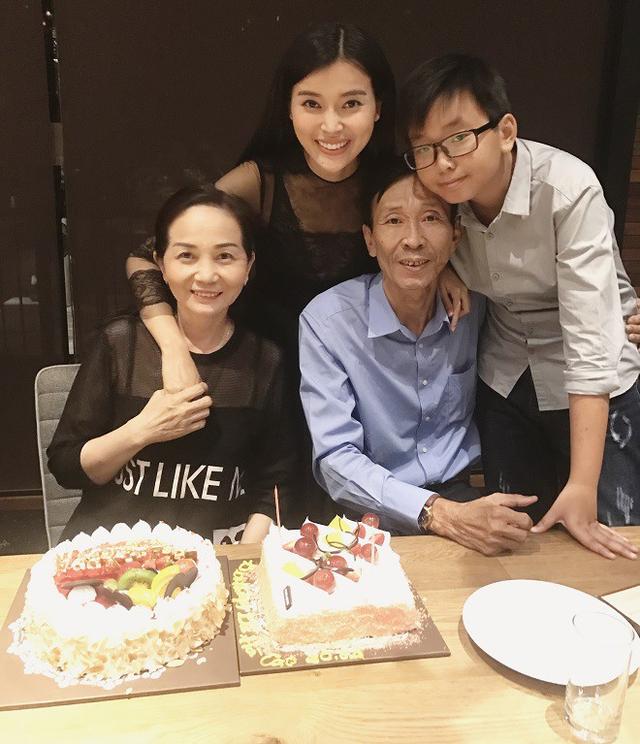 Cao Thái Hà cùng cả gia đình lúc ba cô còn sống.