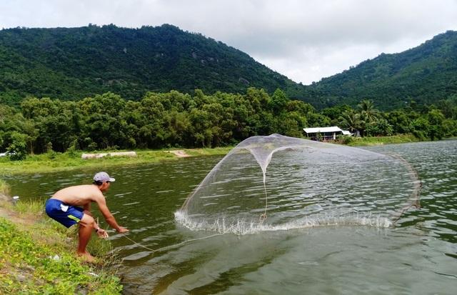 Ngoài những cánh đồng lúa tuyệt đẹp, An Giang còn biết đến với những hồ nước ngọt rộng lớn nằm kề cận ngay núi vùng Tịnh Biên và Tri Tôn