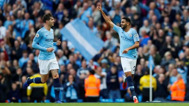 Mahrez (phải) ăn mừng bàn thắng vào lưới Man City
