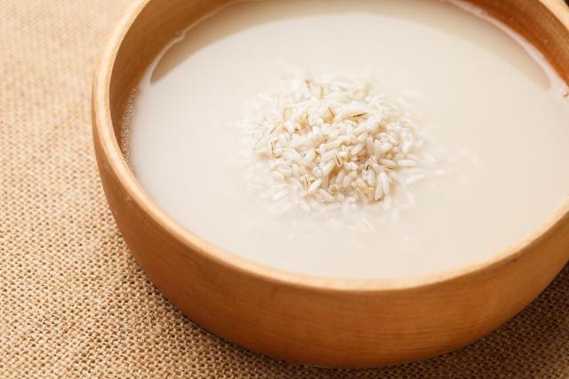 Nước gạo có thể làm tóc thêm sáng bóng, khỏe hơn và mượt mà hơn.