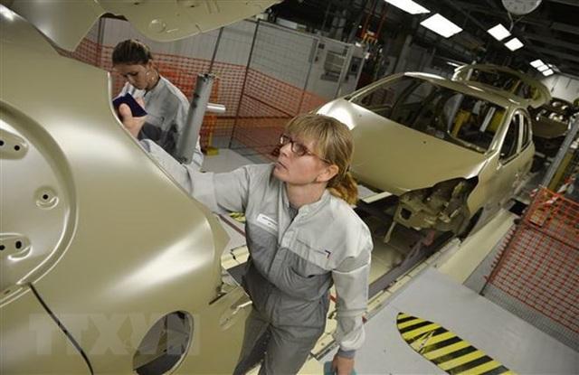 Nữ công nhân làm việc tại một nhà máy sản xuất ôtô. (Nguồn: AFP/TTXVN)