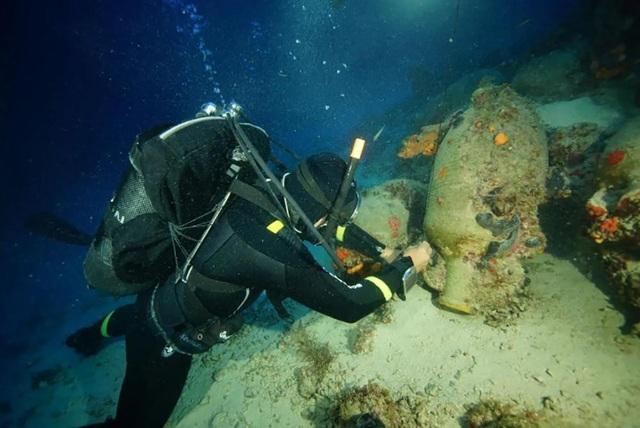 Các thợ lặn và các nhà khảo cổ vẫn đang tiếp tục xử lý 5 con tàu đắm cổ xưa.