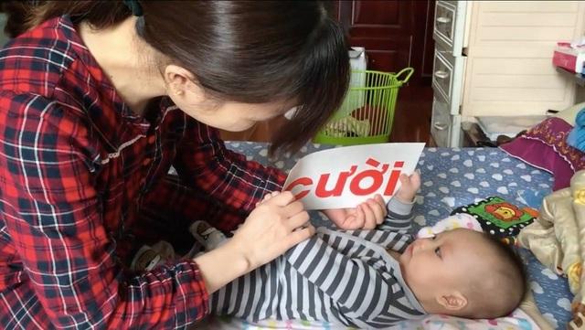 Chị Lý áp dụng giáo dục sớm cho bé J từ khi bé mới 3 tháng.