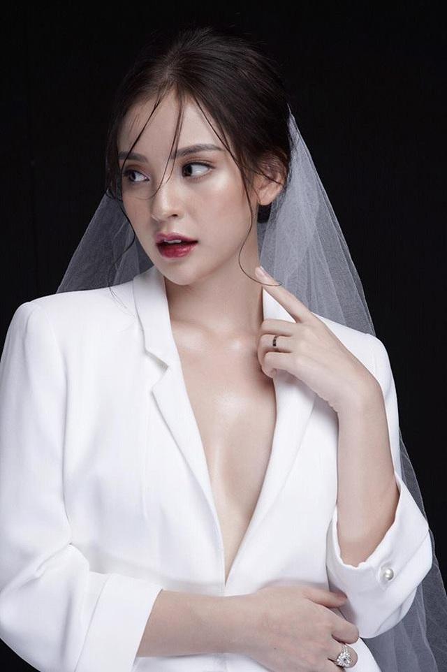 Trước đó, Phương Anh từng nhiều lần xuất hiện trên mặt báo nhờ nhan sắc xinh đẹp.