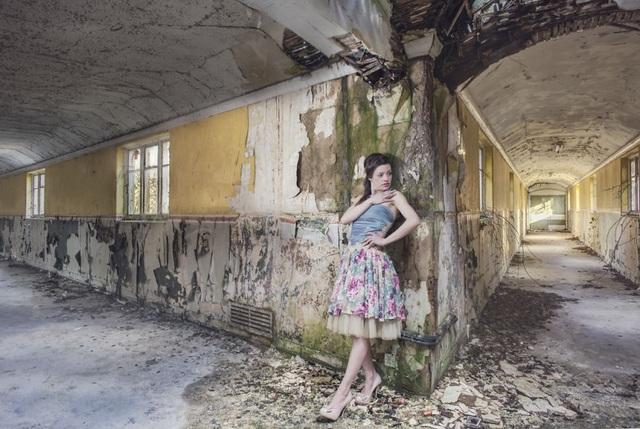 Đây là bức hình đầu tiên của cặp đôi vào năm 2015 tại một một tòa nhà mục nát bị bỏ hoang ở Colchester, Vương quốc Anh.