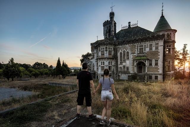 Cả hai dừng chân trước tòa biệt thự không còn người ở tại Bồ Đào Nha.