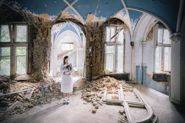 Vào cuối năm 2015, cả hai cùng đi tới Bỉ để chụp bộ hình mang tựa Lost. Khi đó, Jade hóa thân thành một bé gái bị lạc trong ngôi trường vô chủ Chateau Miranda. Hiện nay, công trình đã bị phá hủy.
