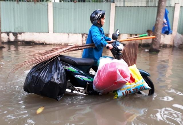 Một hộ dân ở TP Cần Thơ phải dọn đồ chạy lũ thành phố