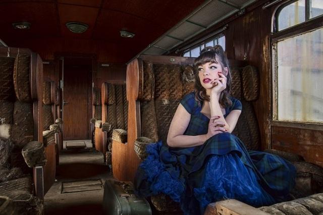Tháng 11/2015, họ tiếp tục rong ruổi đến Pháp để thực hiện loạt ảnh. Đây là bức hình Jade trong bộ váy màu ngọc bích mang phong cách retro bên trong chiếc xe lửa bị bỏ hoang.