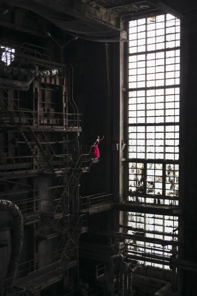 Nhà máy điện khổng lồ ở Hungary không còn người qua lại. Giữa những cỗ máy khổng lồ, Jade trở nên vô cùng nhỏ bé, nhưng lại nổi bật với bộ váy màu hồng.