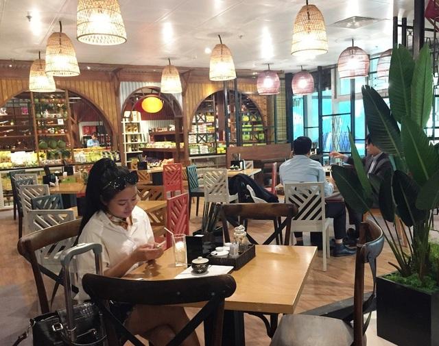 Thưởng thức ẩm thực 3 miền hay hàng chục món ăn đường phố nổi tiếng thế giới tại nhà hàng Phố Chợ (đối diện cổng 12 ga quốc nội)…