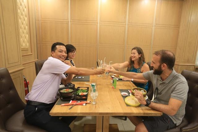 Cùng gia đình hoặc nhóm bạn, hành khách hãy chọn một phòng riêng tại nhà hàng The Phoenix (sảnh ga quốc nội) với các món Á thượng hạng như cháo Ếch Singapore, mì tươi hải sản, mì Vịt tiềm…