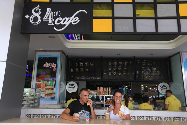 Hành khách hãy ghé +84 cafe để thưởng thức cà phê Việt và thoải mái trò chuyện, vui đùa cùng bạn đồng hành