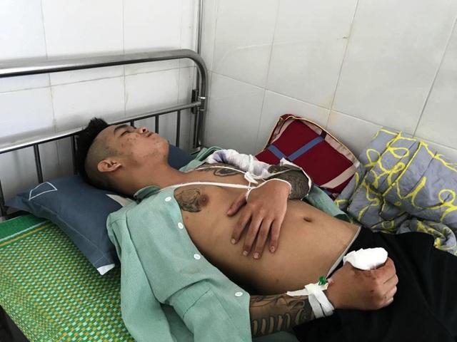 Anh Lê Ngọc Anh bị thương ở vai.