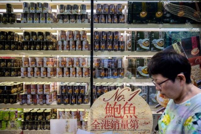 Một cửa hàng bán bào ngư đóng hộp tại Hong Kong. (Ảnh: AFP)