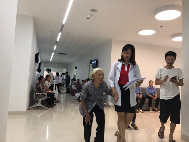 Nhân viên y tế hướng dẫn người dân khám bệnh tại cơ sở 2 BV Bạch Mai. Ảnh: H.Hải