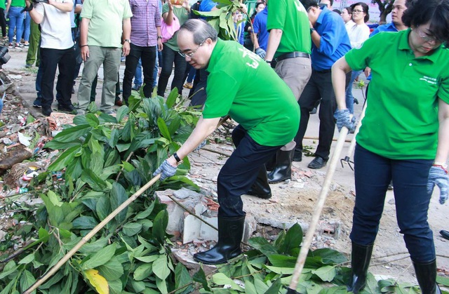 Sau lễ phát động, Bí thư Nguyễn Thiện Nhân cùng các lãnh đạo thành phố cùng chung tay dọn dẹp một con rạch ngay khu chung cư. Một số thùng rác cũng được trao tặng cho người dân trên địa bàn.