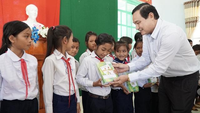 Nhân dịp này, EVN SPC cũng trao nhiều phần quà cho học sinh và người nghèo vùng núi Tây Nguyên