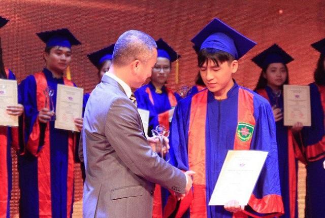 TS. Trần Dương, Phó hiệu Trưởng Đại học Tân Tạo trao giải thưởng cho các học sinh xuất sắc trong kì thi THPT quốc gia