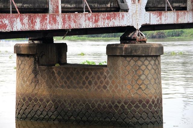 Sau nhiều lần sửa chữa, hiện nay chiếc cầu đã xuống cấp nặng.