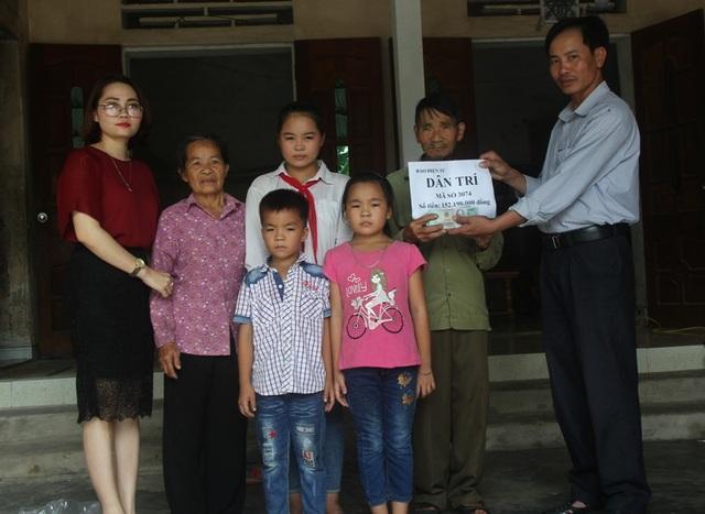 PV Dân trí cùng chính quyền địa phương trao số tiền 152.190.000đ cho gia đình ba cháu mồ côi.