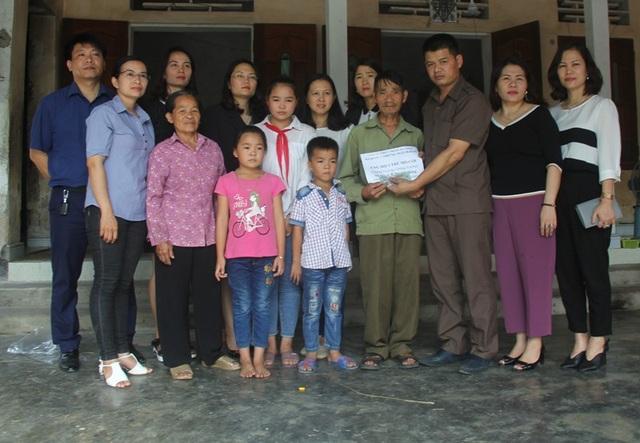Công ty Thực phẩm an toàn Hạnh Vỹ và những người bạn đã trao số tiền 20 triệu đồng cho chị em Hạnh.