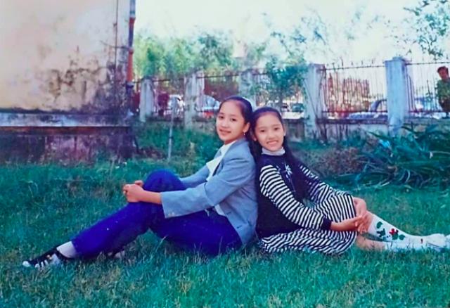 Khánh Thi (trái) đăng tải hình ảnh khi cô mới 12 tuổi, bà xã Phan Hiển viết: Tớ của năm 1993. Chụp hình với cô bạn học cùng lớp K22/7 trường Cao đẳng múa Việt Nam. Ngày đó mình style lúa mạ. Bất ngờ Phan Hiển liền vào bình luận hài hước: Ôi năm mình mới chui lên.