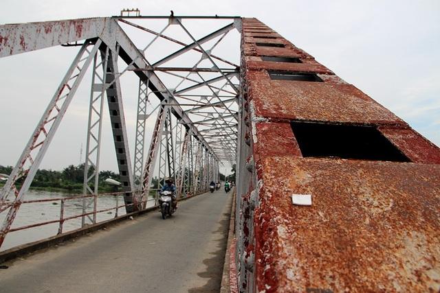 Hiện cầu Phú Long đã xuống cấp, chỉ cho người đi bộ và xe hai bánh lưu thông.