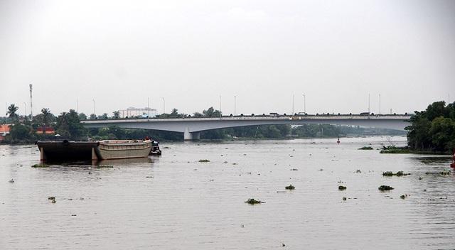 Cầu Phú Long mới cách đó khoảng hơn 700 mét, thay thế cầu Phú Long cũ đã đi vào hoạt động từ năm 2012, cầu có chiều dài hơn 1.400 mét, có chiều rộng mặt cầu 26 mét với sáu làn xe, đáp ứng tốt nhu cầu đi lại của người dân.