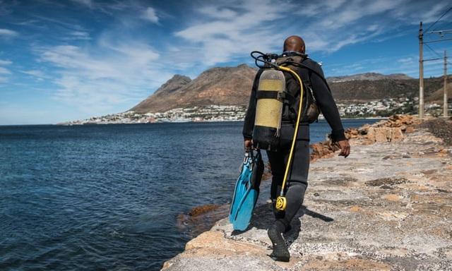 Một thợ lặn chuẩn bị lặn ở Cape Town. (Ảnh: Shaun Swingler/Guardian)