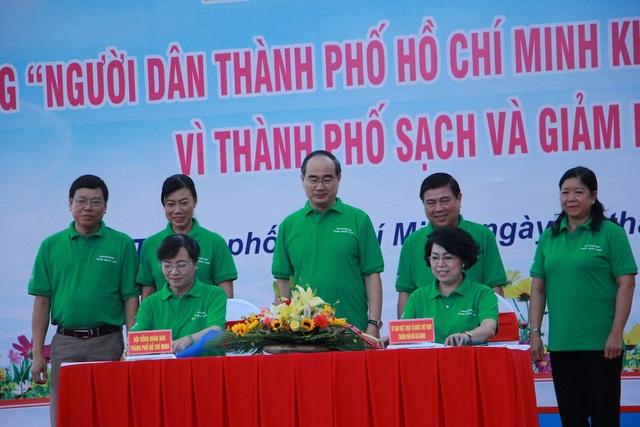 Chủ tịch HĐND TPHCM và Chủ tịch UBMTTQ Việt Nam TPHCM ký kết liên tịch kế hoạch phối hợp về công tác bảo vệ môi trường đô thị, khu dân cư và quản lý chất thải trên địa bàn thành phố