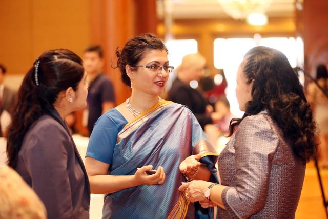 Bên lề Hội nghị, các đại biểu chia sẻ kinh nghiệm phát triển việc làm cho phụ nữ.