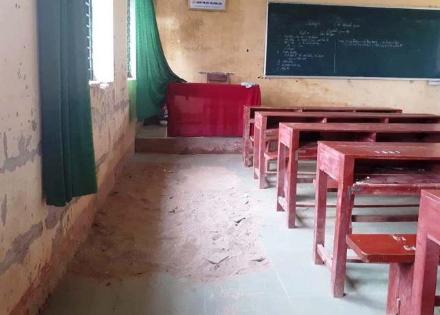 Phòng lớp học xuống cấp, nhà trường mong muốn các ngành chức năng sớm có giải pháp khắc phục để yên tâm và ổn định công tác dạy học.