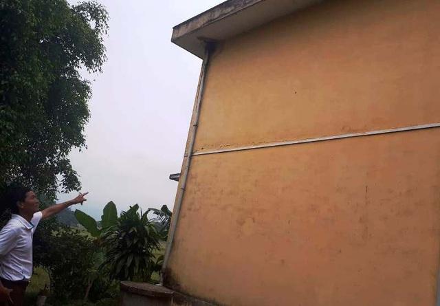 Hiện dãy nhà 2 tầng có hiện tượng bị nghiêng khiến thầy và trò nhà trường vô cùng lo lắng.