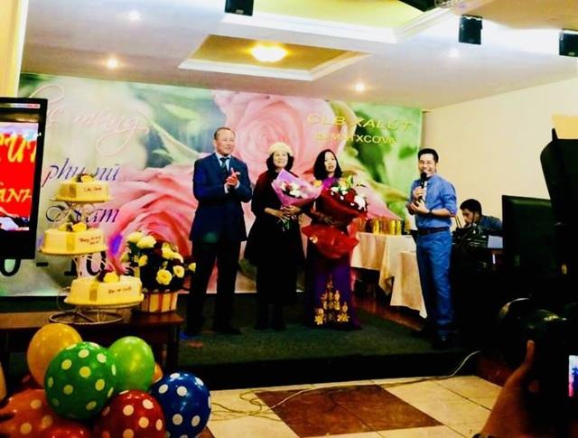 Chị em trong Câu lạc bộ Saliut chụp ảnh kỉ niệm nhân Ngày Phụ nữ Việt Nam 20/10