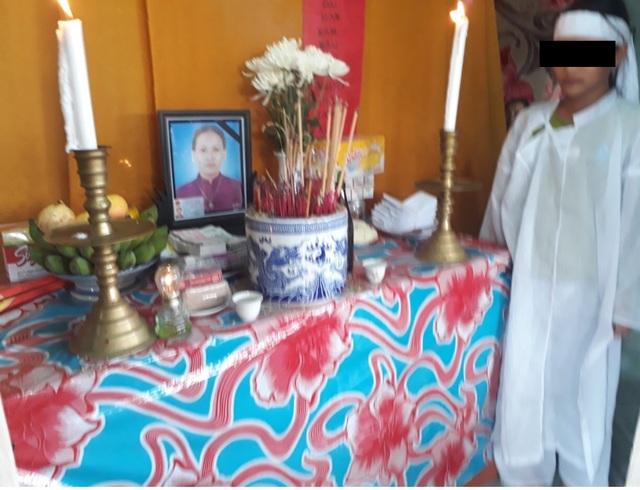 Cháu Nguyễn A. T., bên bàn thờ của người mẹ xấu số. (Ảnh: Hồ Minh)