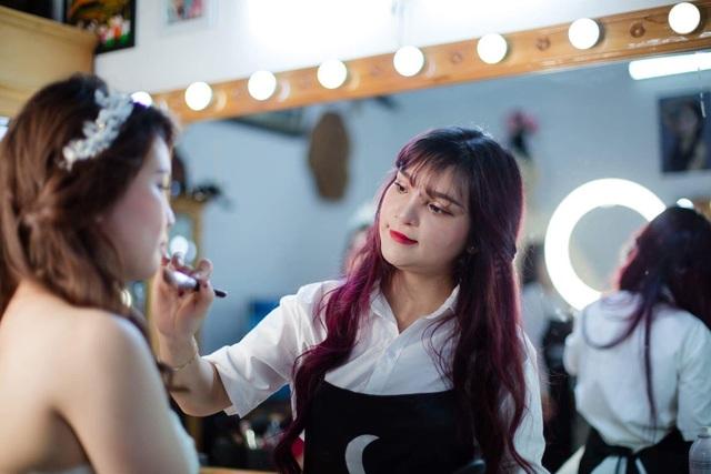 Người mẹ khuyết tật đi lên từ gian khổ, khiến mỗi tháng gần 50 triệu từ nghề makeup