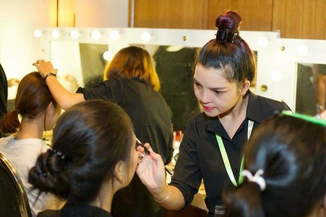 Với sự cố gắng kiên trì, giờ đây chị Văn Thị Thương đã nổi tiếng với nghề makeup và được trang điểm cho rất nhiều các nghệ sĩ nổi tiếng