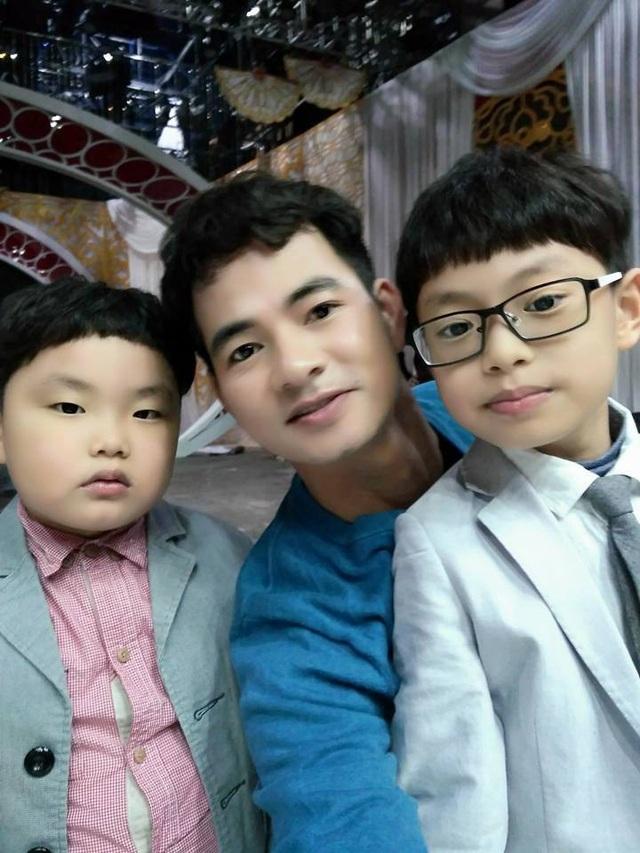Xuân Bắc và hai con trai: bé Bi (bên trái) và bé Minh (bên phải).